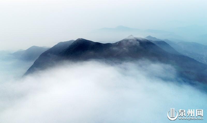 这是无人机拍摄位于安溪县尚卿乡晨雾缭绕的茶山