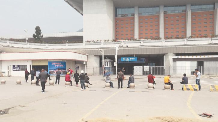 泉州火车站综合枢纽站直达通道投用后:拉客仔扎堆依旧 乘客盼使用扶梯