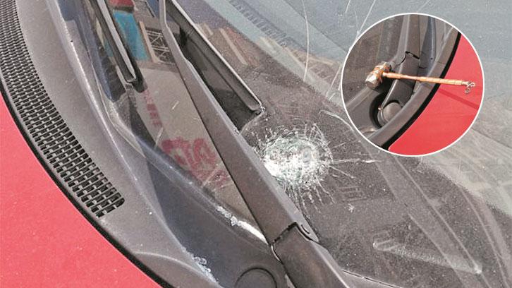 宝秀小区高空抛物频现 从天而降的铁锤、扫把等砸过人伤过车