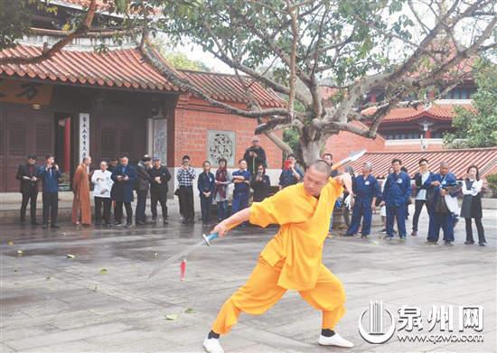 两岸少林弟子交流武艺。图为泉州少林寺弟子。