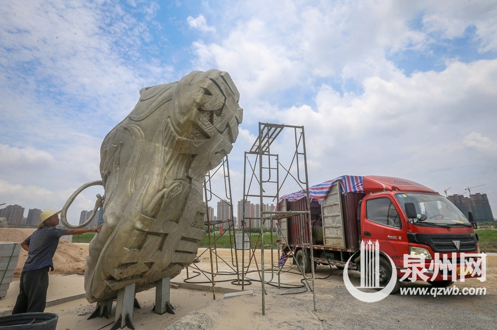 《永不止步》雕塑落户浦西园