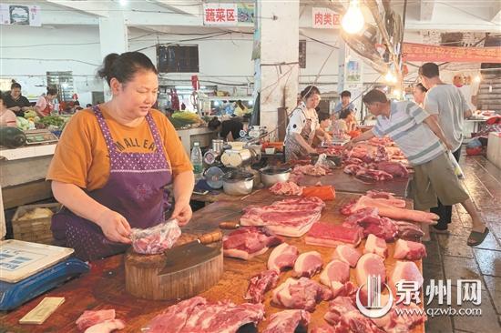 记者走访市场,发现猪肉价格普涨。