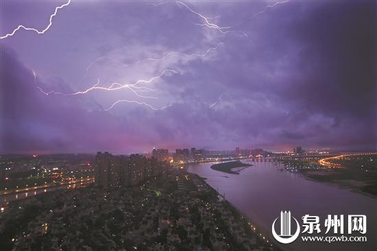 6月20日晚,泉州市区东海方向划过道道闪电,一场阵雨洗去了白天的高温