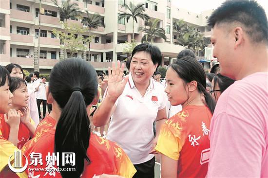 陈亚琼与学生们交流