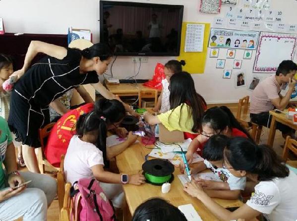 泉州網6月1日訊(記者洪榮堆 通訊員孫志雷)今天是國際六一兒童節,信和幼兒園的小朋友當了一回小創客。 當天,信和幼兒園中三班教室人頭攢動,排起了長長的隊伍。原來,這是泉州師范學院教育科學學院創客小組為小朋友準備的兒童創客體驗活動,活動內容主要包括小小神筆馬良3D打印筆體驗活動、達奇投球機器人體驗活動。 小朋友在家長的陪同下,利用3D打印筆很快就制作了栩栩如生的3D眼鏡、3D蝴蝶,與父母一起探索3D打印的奧秘,體驗將創意變成現實物體的奇妙過程,培養小朋友的動手能力、空間