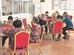 老人们开心地享用免费午餐